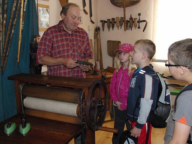 Jan Riederer ukazoval dětem také další přírůstek do muzea -mandl. Dětem se ale více líbily staré žehličky.