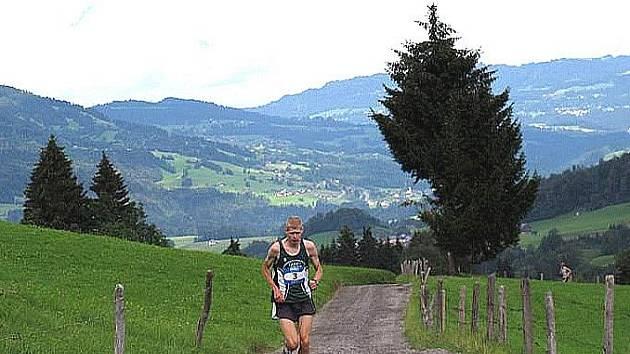 Jiří Voják běží při Outdoor Trophy v rakouském Eggu.
