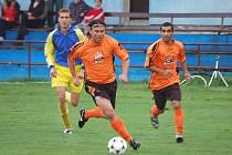 Václav Bezdička z Chodského Újezdu se řítí za prvním gólem v utkání s Tatranem Chodov.