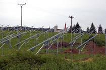 Takhle vyrůstala fotovoltaická elektrárna v Hostouni.