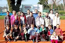 OKRESNÍM PŘEBOREM mladších žáků a žákyň odstartovala minulou sobotu v Domažlicích tenisová sezona. Ta už se v areálu Na Střelnici odehraje na nově zrekonstruovaných tenisových kurtech.