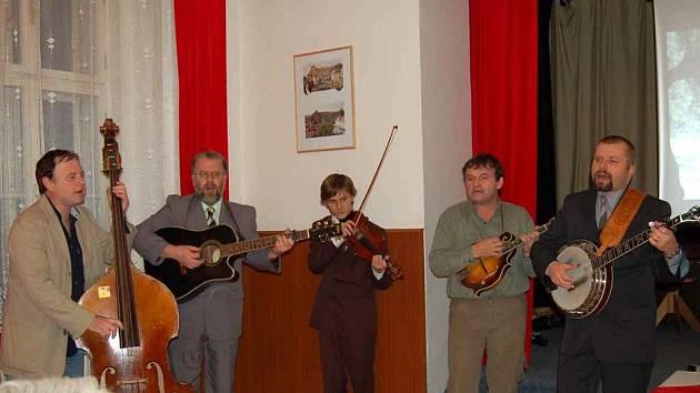 Bluegrassová kapela Vysoká tráva zahájila dnes večer vernisáž v MKZ Horšovský Týn.