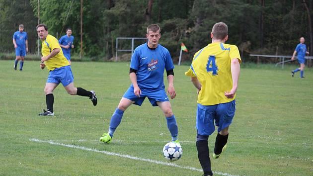 Utkání okresní fotbalové III. třídy Sokol Poděvousy (žluté dresy) – Sokol Zahořany 3:2 bylo jedním ze zápasů na tiketu osmého kola Tip ligy.