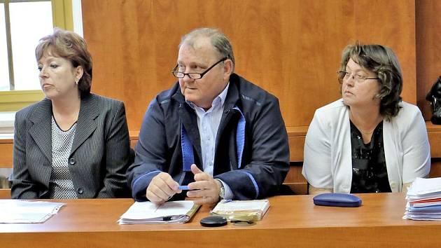 Pražské učitelky u domažlického soudu. Na snímku Yvona Ziková (vlevo) a Alena Doležalová.