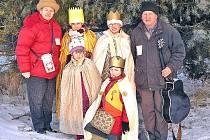 Krále představovaly děvčata ze 4.A ZŠ v Holýšově Petra Neubauerová, Kateřina Pražáková a Lucka Hlaváčová a z MŠ Klárka Pražáková, které jsou na snímku s manželi Ludmilou a Janem Glacovými. Foto: archiv MěÚ Holýšov