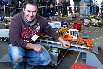 DAVID ŠMATERA představil kromě kamionů v Bolešinách také své modely stavebních strojů.