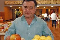 ALEXANDR KUBÁČEK. Okresní předseda zahrádkářů nám při jedné z minulých výstav ukázal krásná jablka. Ta nebudou chybět ani na letošní výstavě.