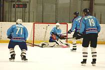 Hokejisté HC Staňkov (zleva Marek Falout, Šimon Altman, Ladislav Kabourek, Pavel Blacký) remizovali s Lipnicí.
