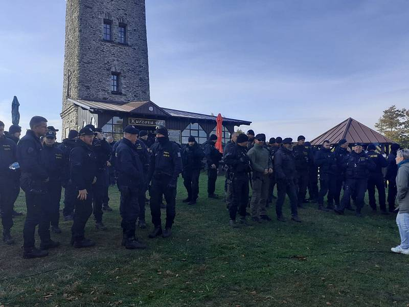 Policisté a hasiči čekají na nové pokyny od vedení krajské i německé policie.