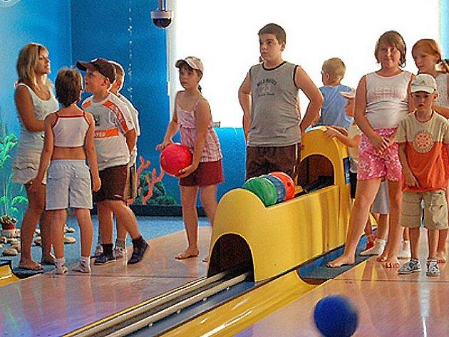 Účastníciky kurzu angličtiny zavedla na bowling Katka Řezníčková (zcela vlevo)