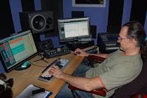 Václav Váchal ve svém nahrávacím studiu ve Kdyni. Do tohoto studia se pravidelně vrací i kapela Mandrage.