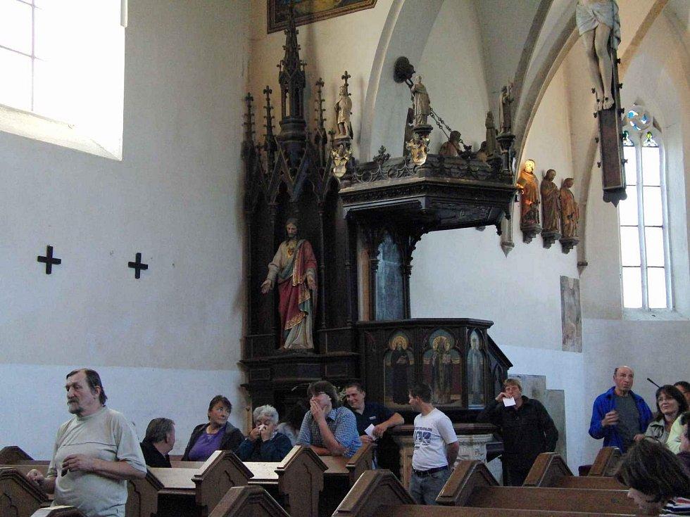 Z vernisáže výstavy fotografií Olgy Zábranové v kostele Nalezení Svatého Kříže.