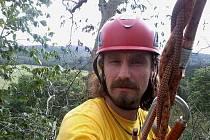 TOMÁŠ HUPAČ. Jako arborista tráví hodně času takto zavěšen na stromě.