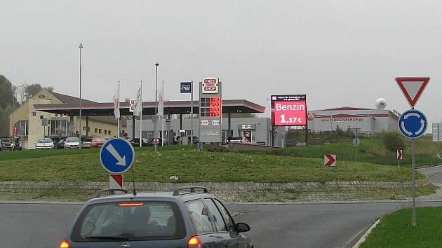 Světelná reklama u čerpací stanice ve Folmavě nejen rozptyluje, ale za tmy také oslňuje řidiče.