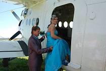 Svatební obřad na palubě letadla.