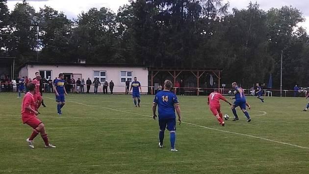 Fotbalisté Kolovče B (v červeném) budou moci v sobotu vrátit Chudenicím porážku 2:5 (viz foto) ze třetího kola Podbolfánské ligy.