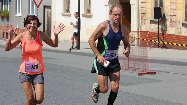 Manželé Veronika a Petr Polákovi z Postřekova doběhli letošní Panevropský půlmaraton do cíle bok po boku.