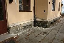 Poškozené zdi zůstaly po řádění zlodějů mědi v objektu zotavovny na Vavřinečku.