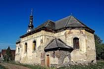Kostel sv. Jana Křtitele v Srbech řadu let čeká na záchranu. Ta však stále nepřichází.