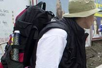 Batoh a turista. Ilustrační foto.