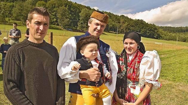 Zleva kmotr Martin Mráz, Jakub a Štěpánka Mrázovi a malý Václav, který byl u kaplička pokřtěn.