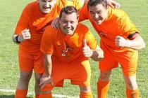 Fotbalisté Meclova B - zleva Miroslav Beran, Hráč měsíce května Petr Vorel a další kanonýr rezervy Pavel Malík.