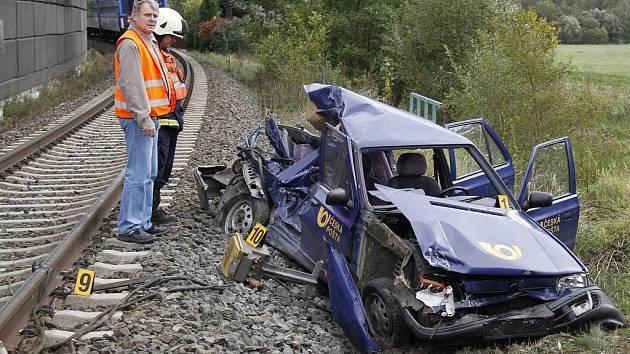 Střet vlaku s autem u Chotiměře.