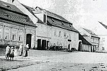 Budova Chodské rychty na snímku z roku 1890.