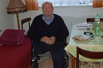 Osmdesátiletý Václav Fejfárek je v novém bytě šťastný. Netrpí samotou a denně vyráží s kamarády do cukrárny