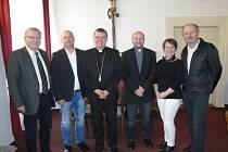 Zleva starosta Eschlkamu Josef Kammermeier,  starosta Všerub Václav Bernard, biskup Tomáš Holub, farář Przemyslaw Ciupak, Marie Homolková a Josef Altmann.