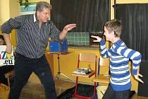 Z představení, kdy se žáci ZŠ Mrákov bavili a zároveň se procvičili v anglickém jazyce.