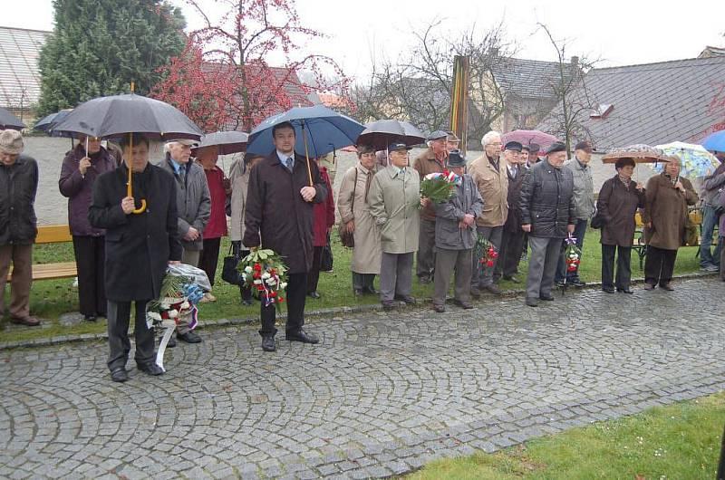 Setkání u pamětní desky třetího odboje v zahradě Chodského hradu.