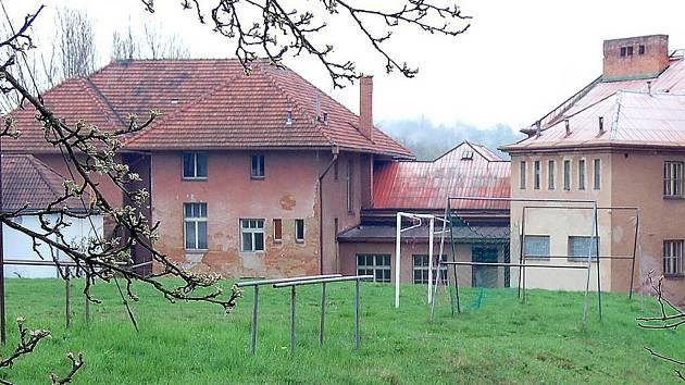 STARÁ ŠKOLA. Budova školy ve Vrchlického ulici zažila poslední vyučování v červnu 2002.