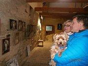 Nedělní vernisáží byla zahájena nová výstava obrazů v klenečském Domě přírody.