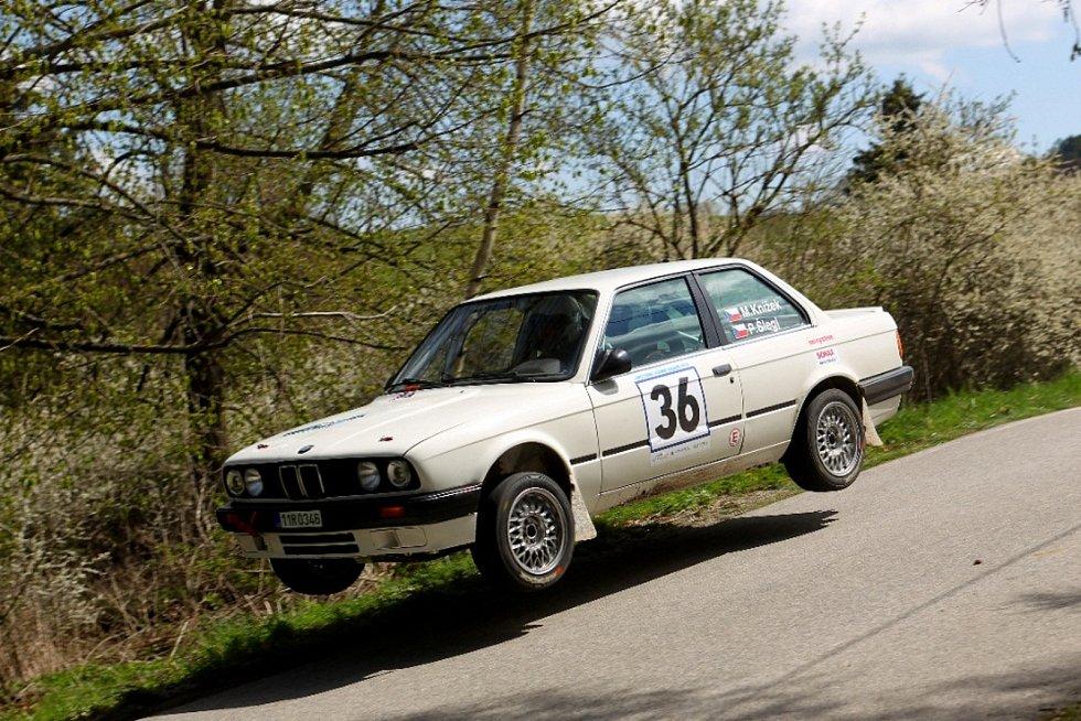 Martin Knížek – Petr Šlegl (BMW 318 iS): Poběžovický spolujezdec pražského pilota mohl mít vedle parádního umístění na konci první desítky celkového pořadí Vltavy radost i z dlouhých skoků...
