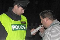 Ilustrační foto. Policisté dávají nejen účastníkům nehod ´dýchat´.