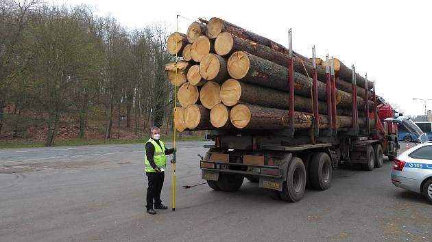 Policisté a pracovníci Centra služeb pro silniční dopravu vážili nákladní vozidla. Narazili na jednoho hříšníka.