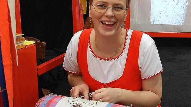 Eliška Tauberová při pilné práci.