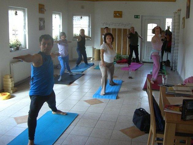Cenné rady předal přítomným i lektor  Petr Šůstek (vlevo), cvičitel power-jógy.