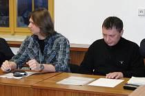 ZE SOUDNÍ SÍNĚ. Bývalí společníci z autobazaru v Březí Petr Vachulka (zleva) a Patrik Volejníček se zodpovídají z poškozování věřitelů.