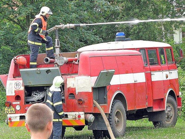 Blížejovští hasiči by si přáli novou zásahovou techniku. Jejich cisterna totiž už něco pamatuje. Foto: archiv SDH Blížejov