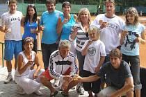 Beránkovi s fanoušky, se kterými po skončení turnaje v Tachově oslavili dvojnásobné vítězství. Foto: Karel Fait