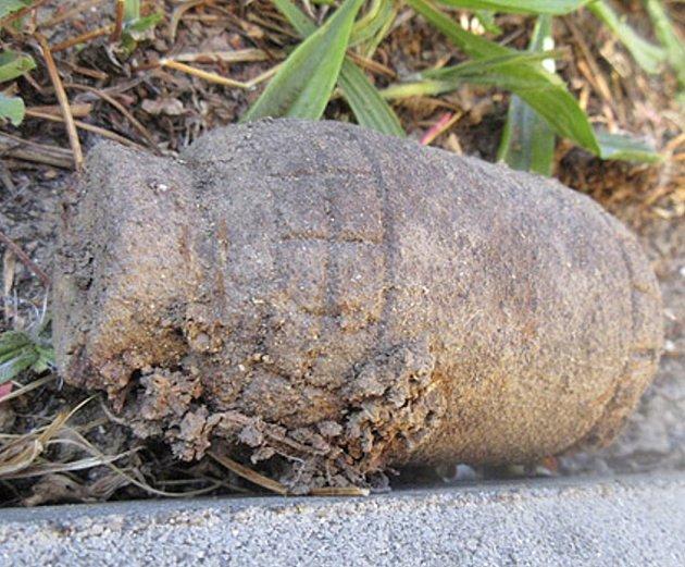 Granát z 1. sv. války nalezený na domažlickém sídlišti Kosmonautů.