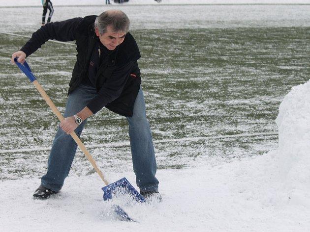 Příděl sněhu nepříznivě poznamenal sportovní dění na Domažlicku. Správci na domažlické Střelnici (na snímku Josef Janda) díky nadlidskému úsilí vše zvládli a hřiště v sobotu i v neděli stačili připravit.