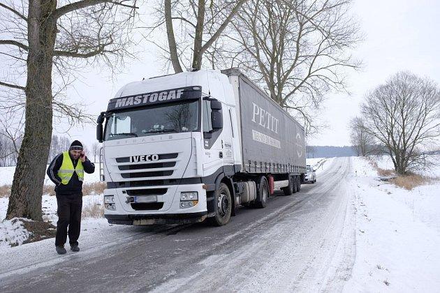 Rumunský řidič zůstal uvězněn  na silnici  mezi Maxovem a Všeruby přes dvacet hodin.