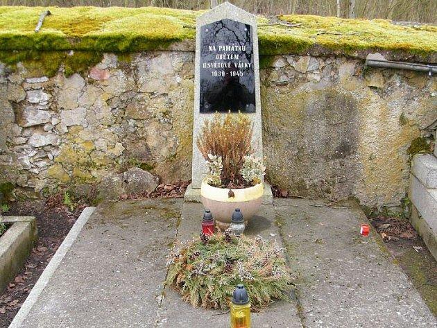 Hrob na památku obětem II. světové války v Trhanově.