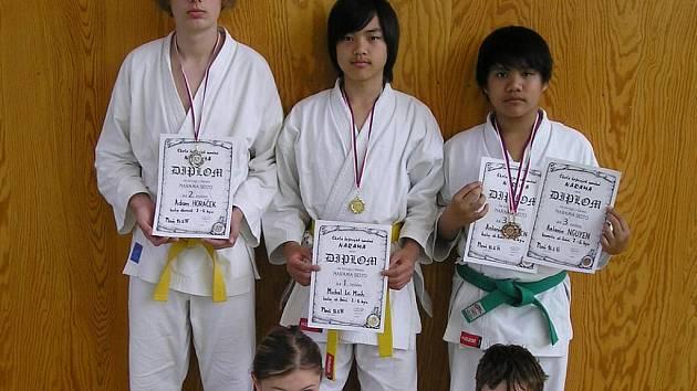 Karatisté domažlické Jiskry s medailemi.