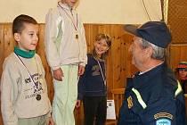 Starosta SDH Chodská Lhota předává diplomy nejmladším. Zleva: Vojta Thums z Lomce, Tereza Jägerová a Monika Černá, obě ze Lhoty.