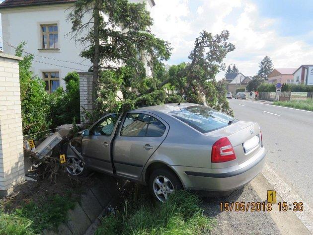 Mladík utrpěl při nehodě zranění a byl převezen do Domažlické nemocnice. Škoda je celkem 183 tisíc korun.
