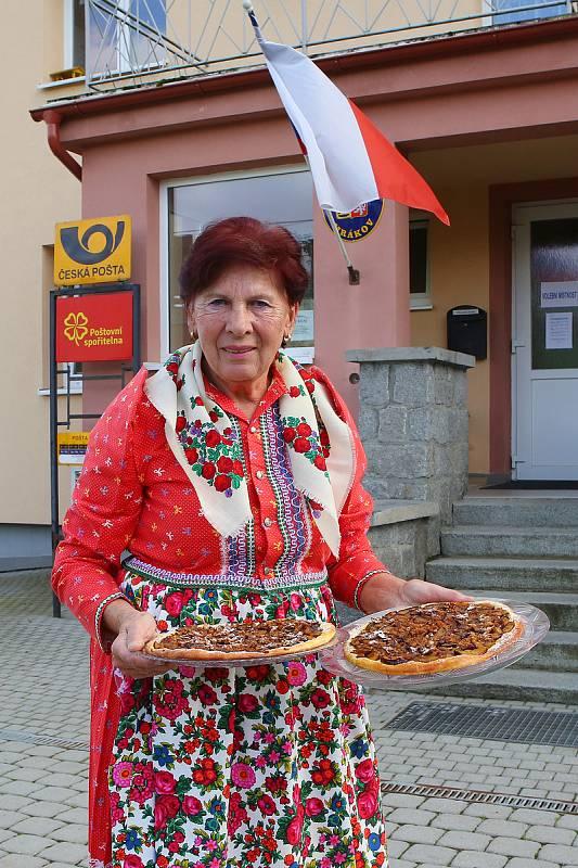 V Mrákově přinesla pro komisi do volební místnosti čerstvě upečený švestkový koláč Anna Hrušková oblečená do tradičního chodského kroje.